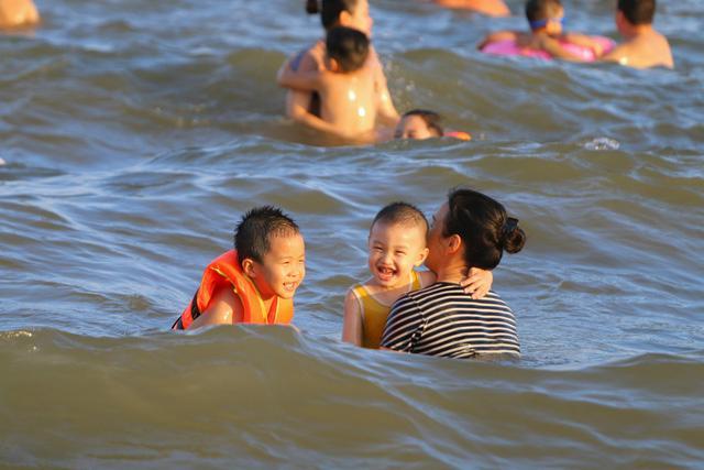 Flycam hàng chục nghìn người đổ xô về Bãi Cháy tắm biển đông nghịt do nắng nóng kéo dài-3