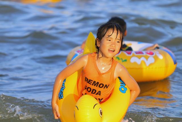 Flycam hàng chục nghìn người đổ xô về Bãi Cháy tắm biển đông nghịt do nắng nóng kéo dài-4