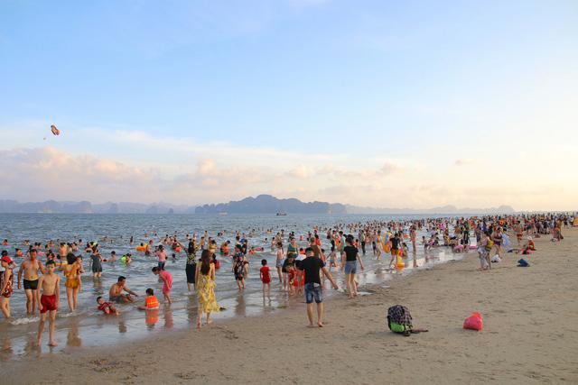 Flycam hàng chục nghìn người đổ xô về Bãi Cháy tắm biển đông nghịt do nắng nóng kéo dài-5