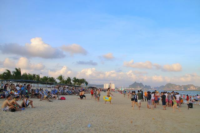 Flycam hàng chục nghìn người đổ xô về Bãi Cháy tắm biển đông nghịt do nắng nóng kéo dài-6