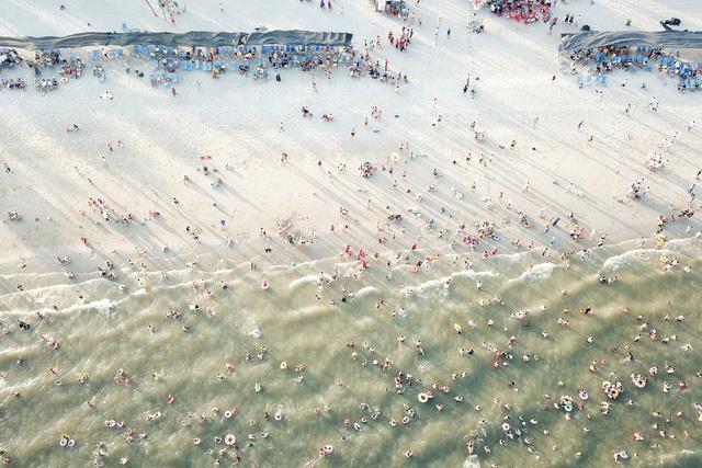 Flycam hàng chục nghìn người đổ xô về Bãi Cháy tắm biển đông nghịt do nắng nóng kéo dài-7
