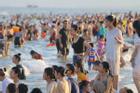 Flycam hàng chục nghìn người đổ xô về Bãi Cháy tắm biển đông nghịt do nắng nóng kéo dài