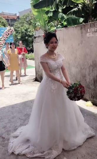 Nóng lòng thoát ế, cô gái lao lên bắt hoa cưới ngã sấp mặt, cả người lẫn hoa đều tan nát-1