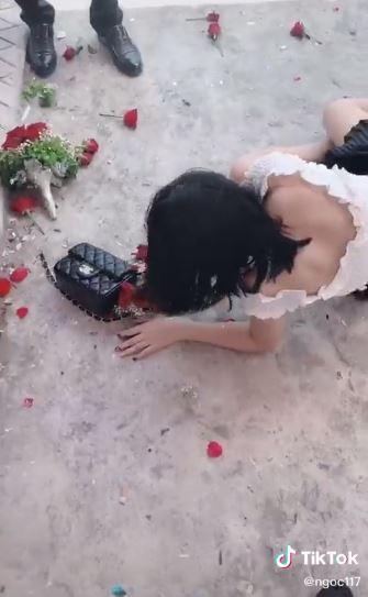 Nóng lòng thoát ế, cô gái lao lên bắt hoa cưới ngã sấp mặt, cả người lẫn hoa đều tan nát-3