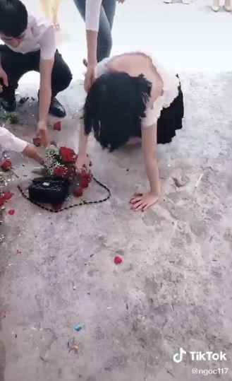 Nóng lòng thoát ế, cô gái lao lên bắt hoa cưới ngã sấp mặt, cả người lẫn hoa đều tan nát-4