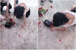 Nóng lòng 'thoát ế', cô gái lao lên bắt hoa cưới ngã 'sấp mặt', cả người lẫn hoa đều tan nát
