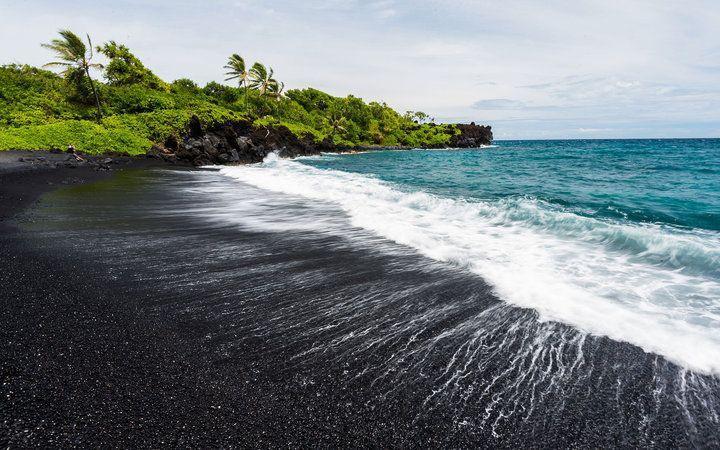 5 bãi biển cát đen huyền bí trên thế giới-1