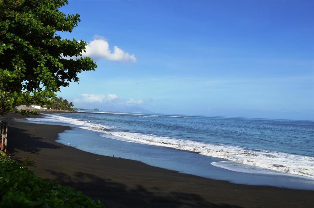 5 bãi biển cát đen huyền bí trên thế giới-4