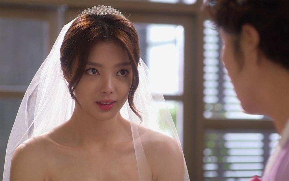 Đang dắt tay chú rể tiến vào lễ đường, cô dâu hóa đá khi nhìn thấy ảnh cưới trước cổng-2