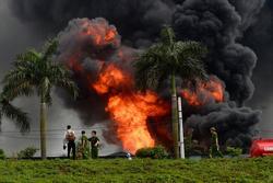 Clip: Đang cháy lớn tại xưởng hóa chất ở Long Biên, khói đen bốc lên nghi ngút
