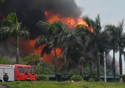 Clip: Đang cháy lớn tại xưởng hóa chất ở Long Biên, khói đen bốc lên nghi ngút-1