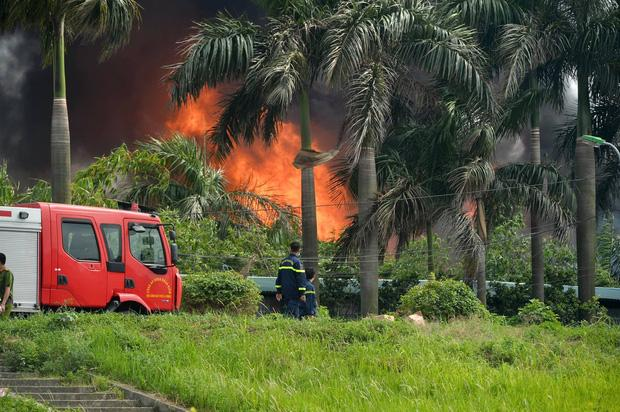 Clip: Đang cháy lớn tại xưởng hóa chất ở Long Biên, khói đen bốc lên nghi ngút-4
