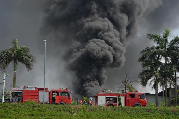 Clip: Đang cháy lớn tại xưởng hóa chất ở Long Biên, khói đen bốc lên nghi ngút-6