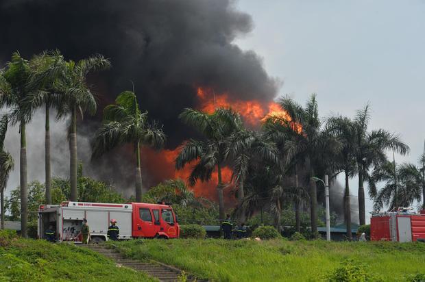 Clip: Đang cháy lớn tại xưởng hóa chất ở Long Biên, khói đen bốc lên nghi ngút-3