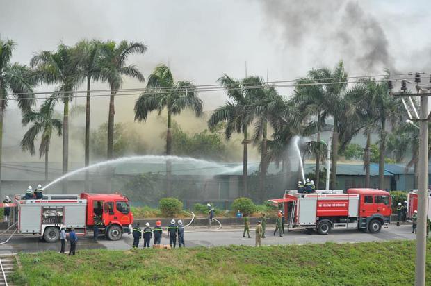 Clip: Đang cháy lớn tại xưởng hóa chất ở Long Biên, khói đen bốc lên nghi ngút-8
