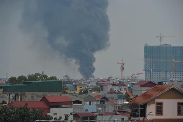 Clip: Đang cháy lớn tại xưởng hóa chất ở Long Biên, khói đen bốc lên nghi ngút-5