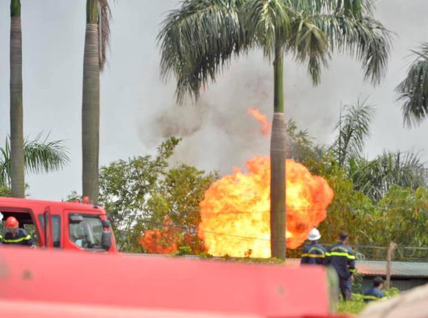 Clip: Đang cháy lớn tại xưởng hóa chất ở Long Biên, khói đen bốc lên nghi ngút-7