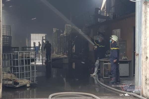 Clip: Đang cháy lớn tại xưởng hóa chất ở Long Biên, khói đen bốc lên nghi ngút-10