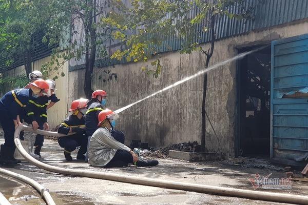 Clip: Đang cháy lớn tại xưởng hóa chất ở Long Biên, khói đen bốc lên nghi ngút-9