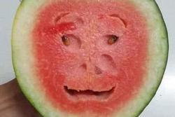 Quả dưa hấu kỳ lạ khi cắt đôi để lộ phần ruột như khuôn mặt người khiến nhiều người kinh ngạc