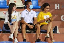 Quang Hải, Huỳnh Anh tình tứ ngồi khán đài xem Hà Nội FC thi đấu