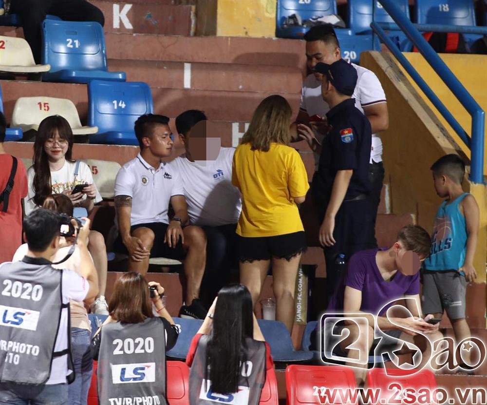 Sau scandal đâm Mẹc vào ngõ cụt, Quang Hải ra sân có vệ sĩ bảo vệ như sao hạng A-1