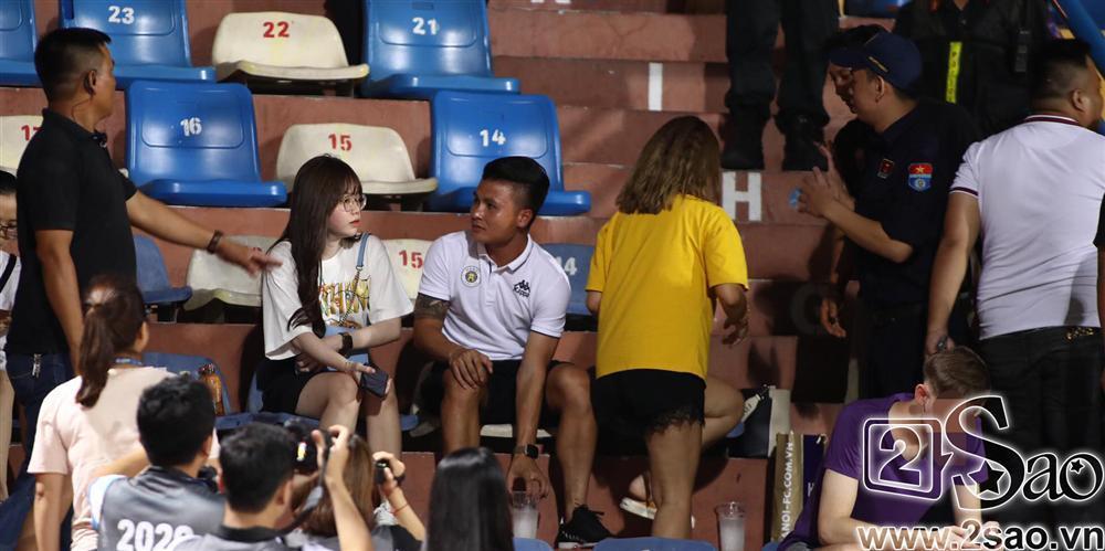 Sau scandal đâm Mẹc vào ngõ cụt, Quang Hải ra sân có vệ sĩ bảo vệ như sao hạng A-5