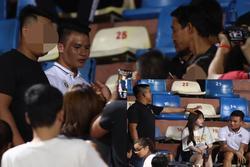Sau scandal 'đâm Mẹc vào ngõ cụt', Quang Hải ra sân có vệ sĩ bảo vệ như sao hạng A