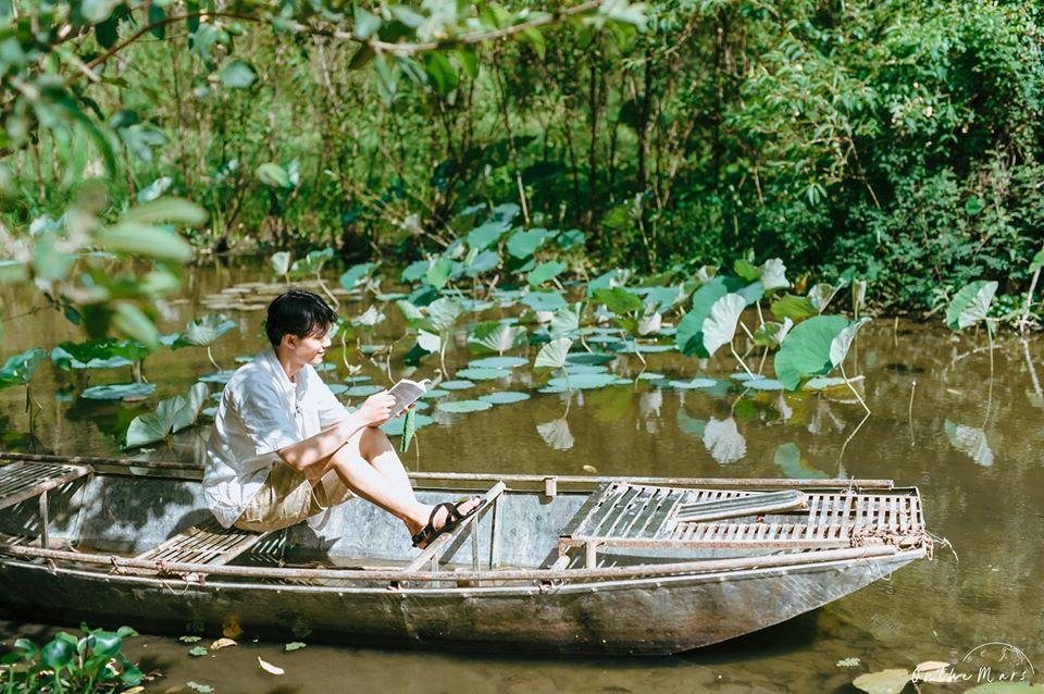 Đâu chỉ con gái chụp sen mới đẹp, chàng trai chơi lớn tung bộ ảnh như chàng thơ ở Ninh Bình-2