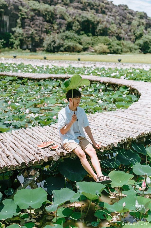 Đâu chỉ con gái chụp sen mới đẹp, chàng trai chơi lớn tung bộ ảnh như chàng thơ ở Ninh Bình-5