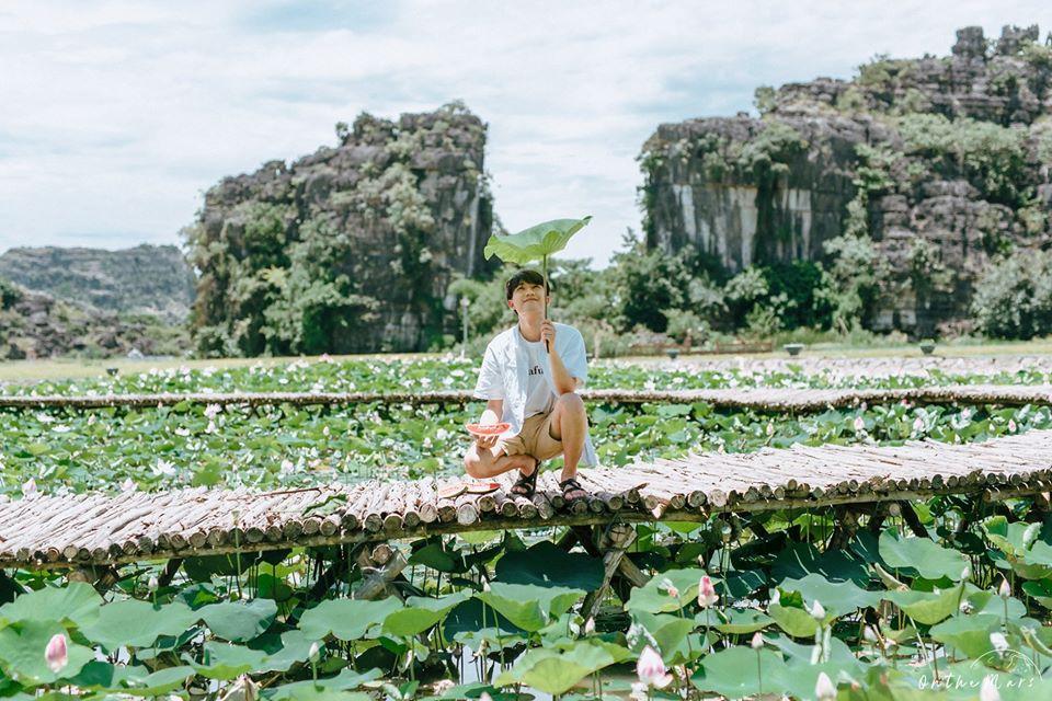 Đâu chỉ con gái chụp sen mới đẹp, chàng trai chơi lớn tung bộ ảnh như chàng thơ ở Ninh Bình-6