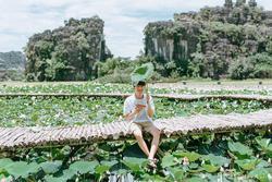 Đâu chỉ con gái chụp sen mới đẹp, chàng trai chơi lớn tung bộ ảnh như 'chàng thơ' ở Ninh Bình