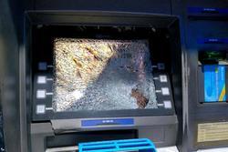 Bực tức vì bị máy ATM ở Sài Gòn nuốt thẻ, thanh niên dùng búa đập phá trụ
