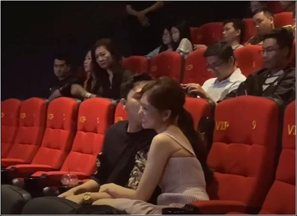 Trấn Thành - Hari Won gây tranh cãi khi liên tục hôn nhau chốn đông người-5