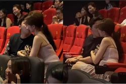 Trấn Thành - Hari Won gây tranh cãi khi liên tục hôn nhau chốn đông người