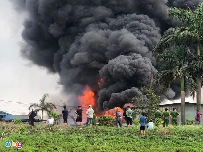 Loại hóa chất trong vụ cháy kho hàng ở Long Biên rất độc hại-1