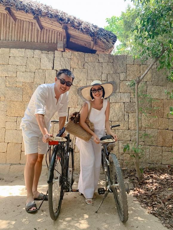 Đi du lịch cùng chồng, Ốc Thanh Vân tranh thủ khoe dáng nóng bỏng với những thế yoga cực đỉnh-1