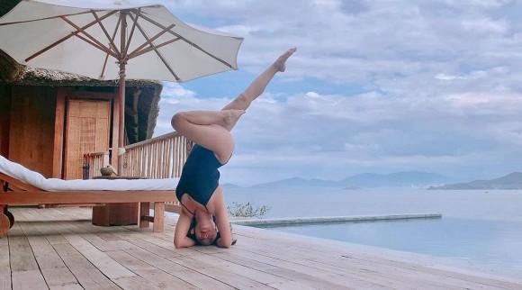 Đi du lịch cùng chồng, Ốc Thanh Vân tranh thủ khoe dáng nóng bỏng với những thế yoga cực đỉnh-5