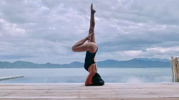 Đi du lịch cùng chồng, Ốc Thanh Vân tranh thủ khoe dáng nóng bỏng với những thế yoga cực đỉnh-9