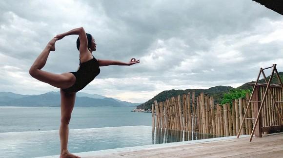 Đi du lịch cùng chồng, Ốc Thanh Vân tranh thủ khoe dáng nóng bỏng với những thế yoga cực đỉnh-10