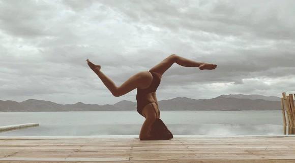 Đi du lịch cùng chồng, Ốc Thanh Vân tranh thủ khoe dáng nóng bỏng với những thế yoga cực đỉnh-11