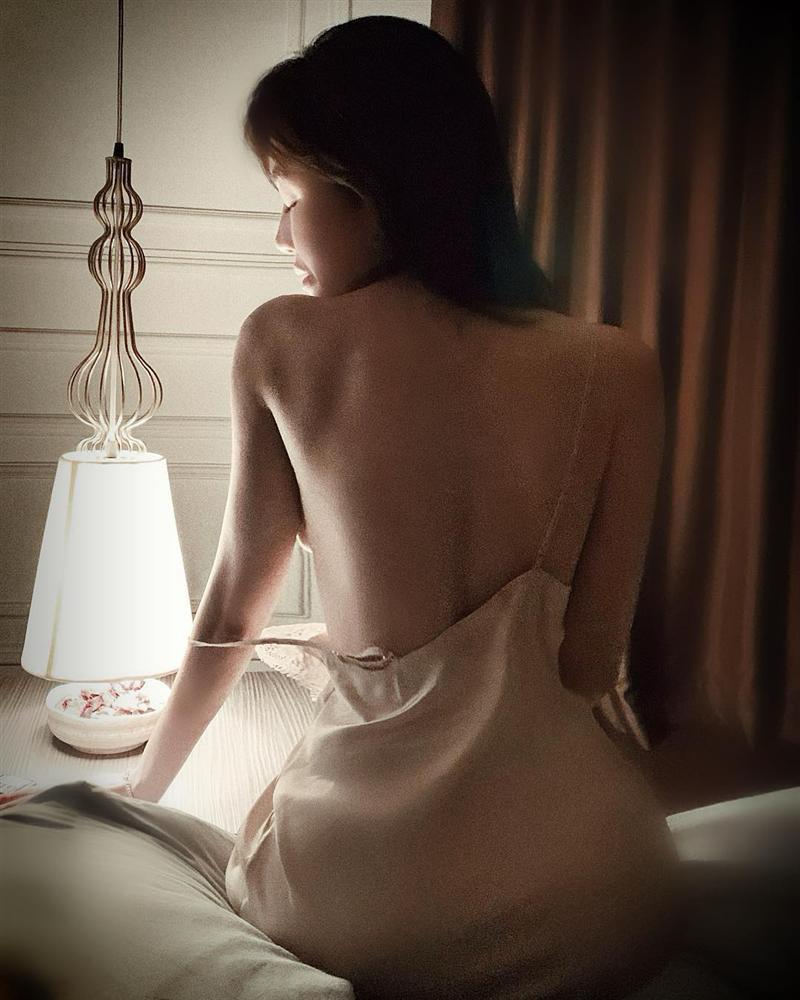 Elly Trần bị fan gắn biển cấm cởi chỉ vì liên tiếp khoe ảnh nude-5