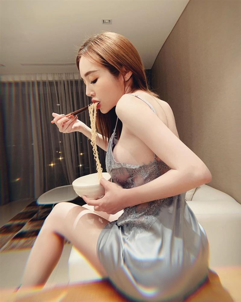 Elly Trần bị fan gắn biển cấm cởi chỉ vì liên tiếp khoe ảnh nude-8