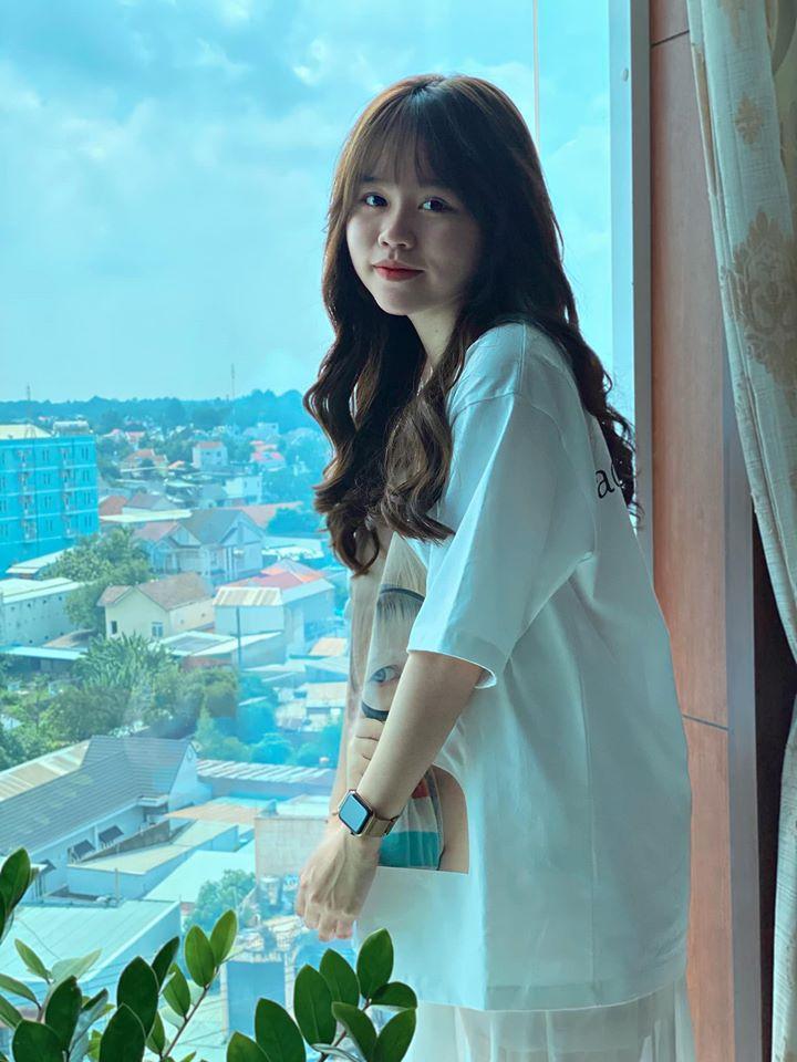 Huỳnh Anh khoe ảnh, mẹ nuôi Quang Hải vào thả bình luận khen hết lời-1