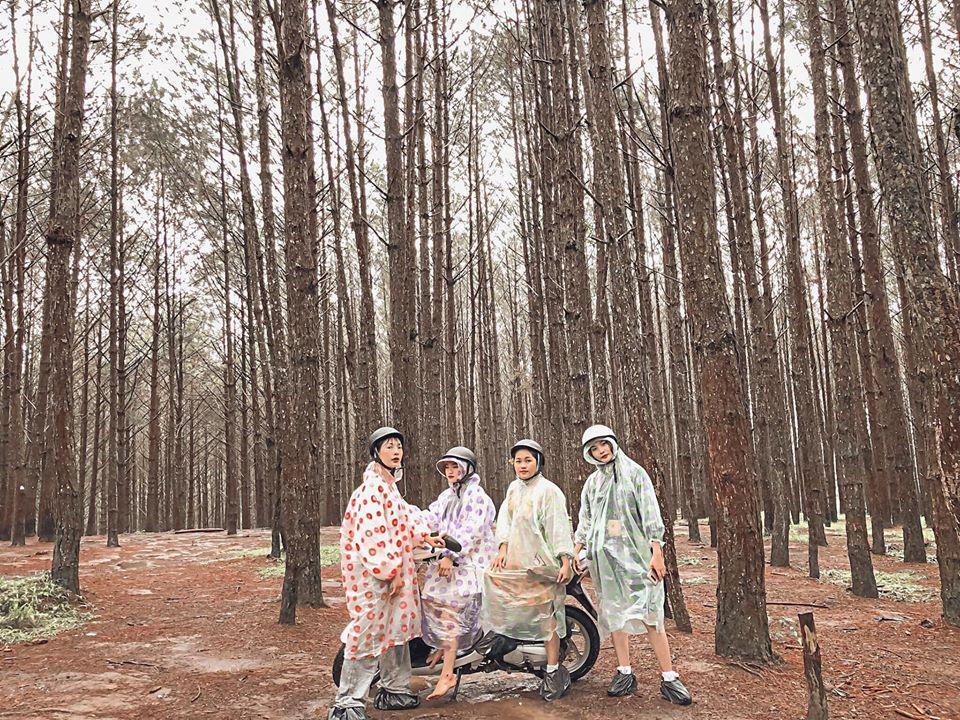 Trend áo mưa của giới trẻ khi ham hố đi du lịch Đà Lạt đúng mùa mưa bão-1