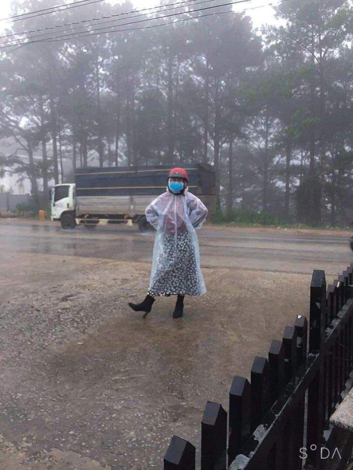 Trend áo mưa của giới trẻ khi ham hố đi du lịch Đà Lạt đúng mùa mưa bão-2