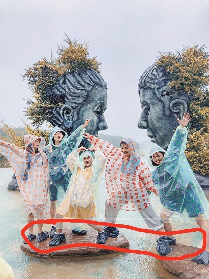 Trend áo mưa của giới trẻ khi ham hố đi du lịch Đà Lạt đúng mùa mưa bão-3