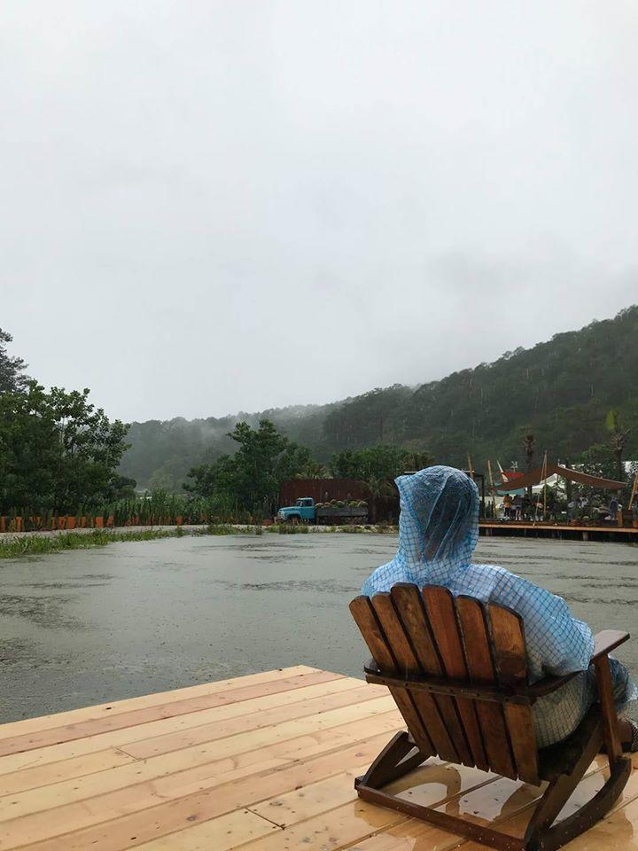 Trend áo mưa của giới trẻ khi ham hố đi du lịch Đà Lạt đúng mùa mưa bão-6