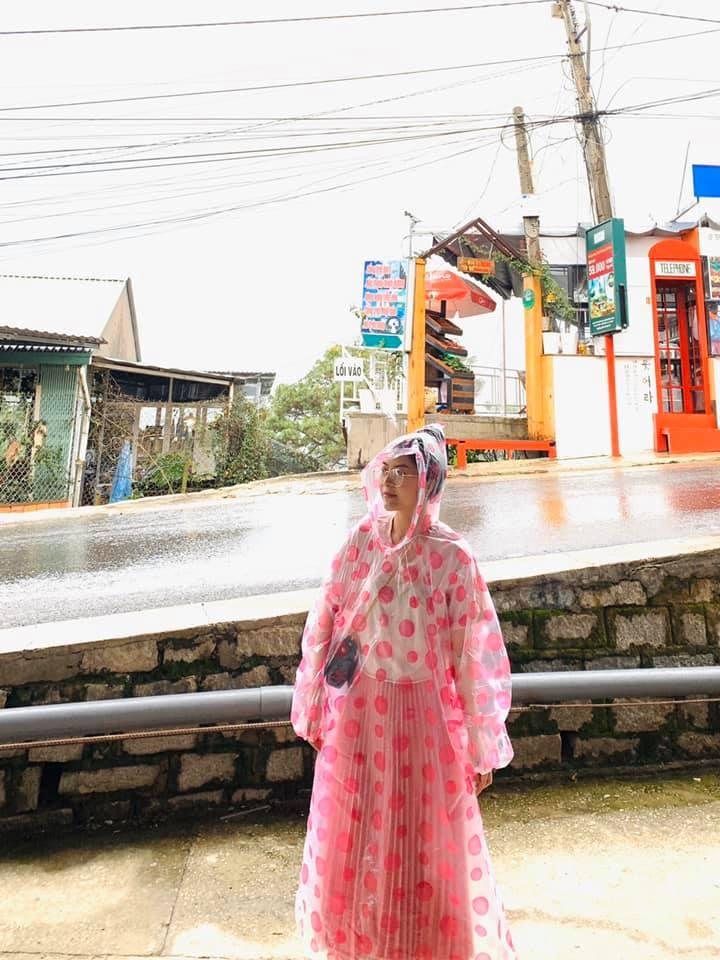 Trend áo mưa của giới trẻ khi ham hố đi du lịch Đà Lạt đúng mùa mưa bão-9