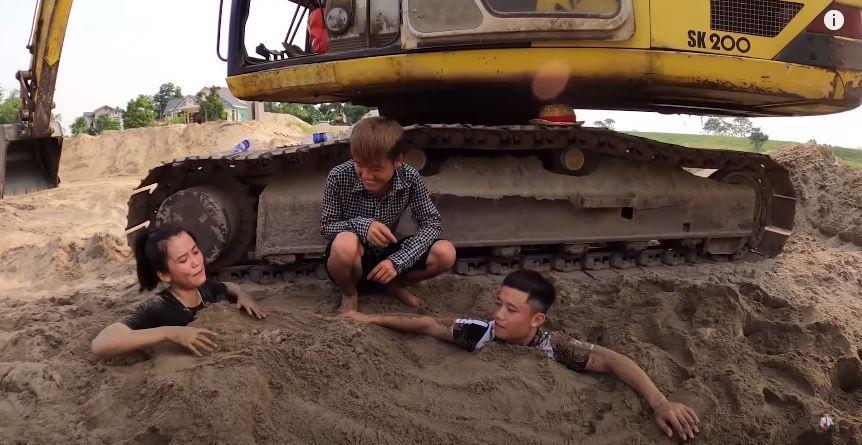 Câu view đắp mộ thắp hương cho các em, con trai bà Tân Vlog bị chỉ trích nghịch dại-2